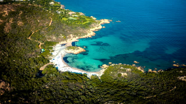 luftaufnahme der costa smeralda auf sardinien strand - sardinien stock-videos und b-roll-filmmaterial