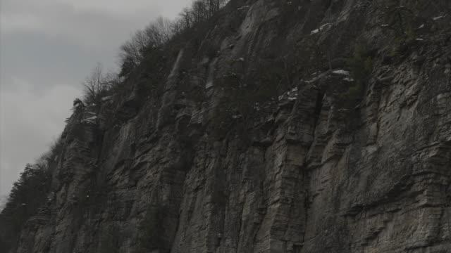 vidéos et rushes de aerial creeping slowly towards cliff - comté d'ulster