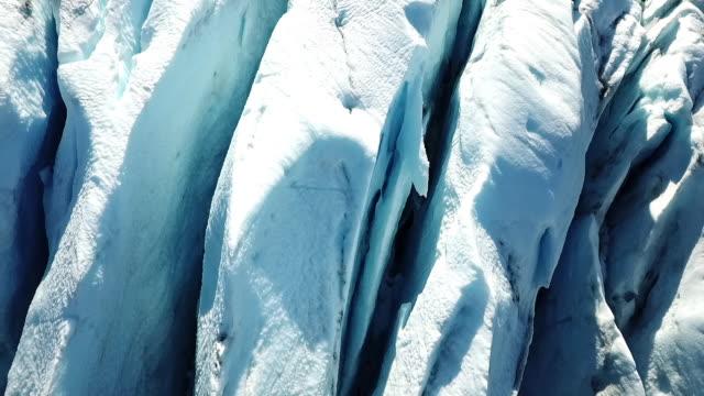 vidéos et rushes de aerial: crevasses of glacier - rocher