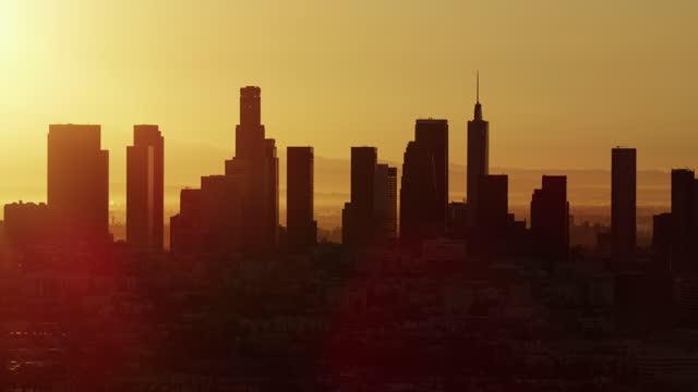 aerial dawn view commercial and residential skyscrapers la - us bank tower bildbanksvideor och videomaterial från bakom kulisserna