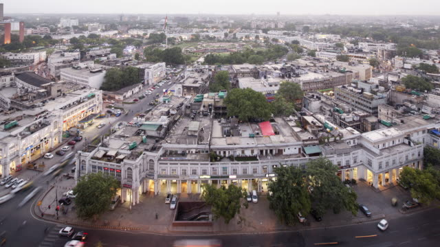 vídeos de stock, filmes e b-roll de tl, ws, ha aerial day to night view of connaught place / delhi, india - time lapse de trânsito