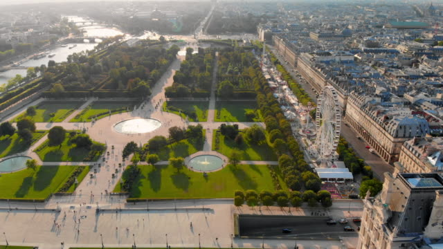 vídeos y material grabado en eventos de stock de aerial descend: gorgeous view of city and fountain gardens with sun shining in paris, france - rodear