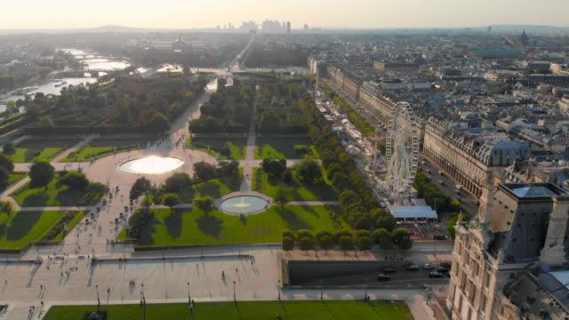 vidéos et rushes de aerial descend: gorgeous view of fountains in garden and city on side in paris, france - jardin classique