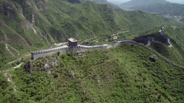 aerial descending: building structure at the great wall showing its classic design - grazia video stock e b–roll