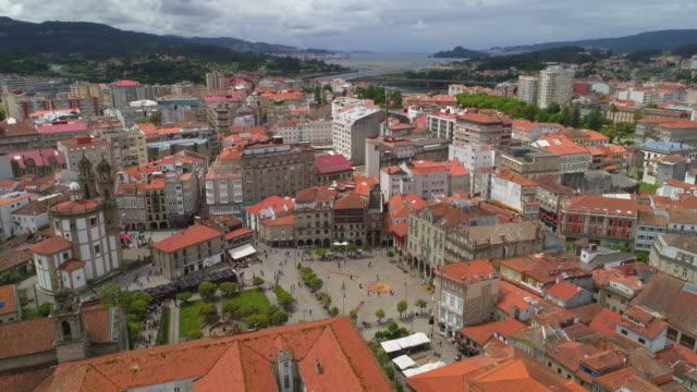 vídeos de stock e filmes b-roll de aerial descending slow: people happily exploring the small plaza - pontevedra, spain - patio