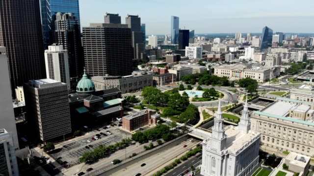 aerial descending view in downtown philadelphia pennsylvania of the franklin institute and cathedral basilica of saint peter and paul - swann memorial fountain stock videos & royalty-free footage