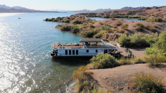vídeos de stock e filmes b-roll de aerial: desert scene, lake and houseboat - barco casa