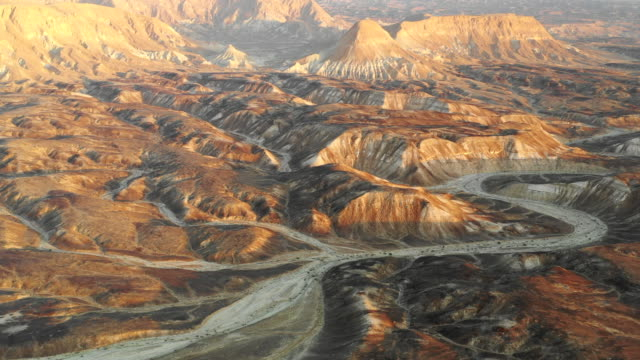 vídeos de stock, filmes e b-roll de aerial: different sand colors in the canyons of a desert on a sunny day in negev desert, israel - israel