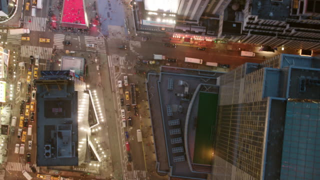 vídeos de stock e filmes b-roll de aerial directly over broadway going downtown through times square, evening nyc - times square manhattan