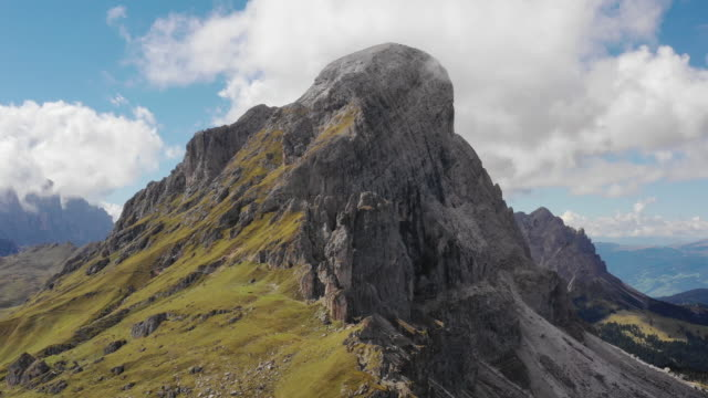 aerial discovering the mountains of dolomites - alto adige video stock e b–roll