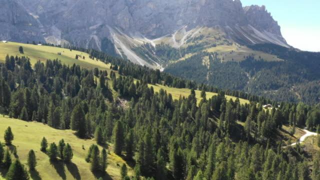 stockvideo's en b-roll-footage met luchtfoto de bergen van de dolomieten ontdekken - nationaal monument beroemde plaats