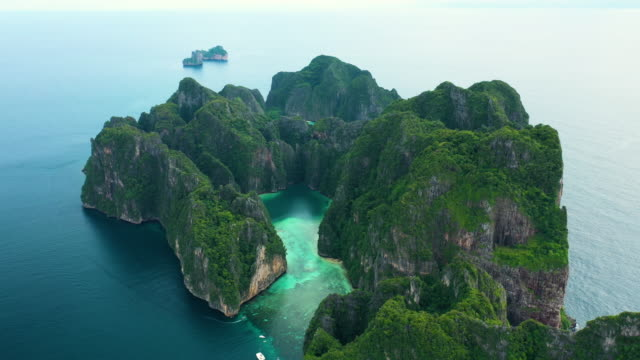 aerial dolly left of phi phi le, phi phi islands, thailand - phi phi le stock videos & royalty-free footage