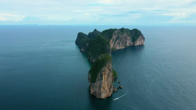 aerial dolly right of phi phi le, phi phi islands, thailand - phi phi le stock videos & royalty-free footage