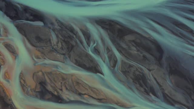 stockvideo's en b-roll-footage met aerial dolly shot showing incredible patterns of a braided river, iceland - natuurlijk patroon