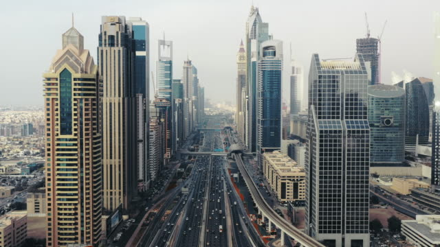vídeos de stock e filmes b-roll de aerial dolly shot showing sheikh zayed road, dubai, united arab emirates - dubai