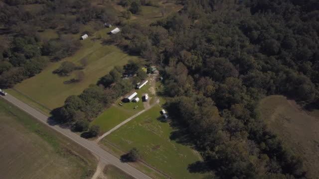 vídeos de stock e filmes b-roll de aerial down to trailers on plantation grounds - plantação