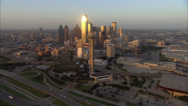stockvideo's en b-roll-footage met aerial ws downtown buildings reflecting afternoon sun with reunion tower in foreground / dallas, texas, usa - texas