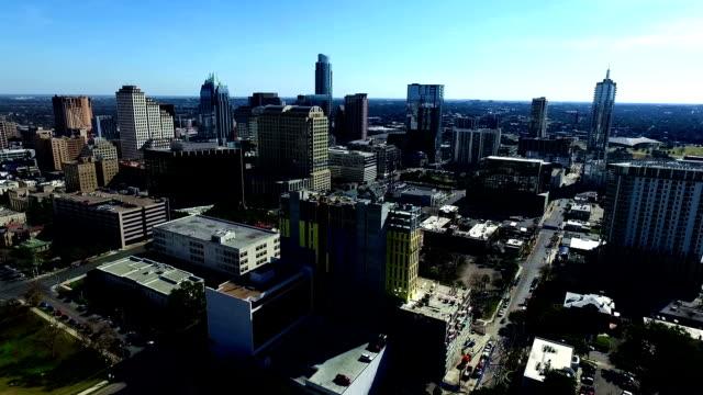 stockvideo's en b-roll-footage met luchtfoto centrum bouw condominium groeiende economie austin texas hoofdstad steden stijgen hoog boven de lone star state - capital cities
