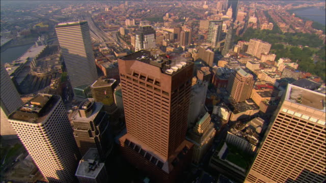 vidéos et rushes de aerial downtown district to back bay / boston, massachusetts - boston