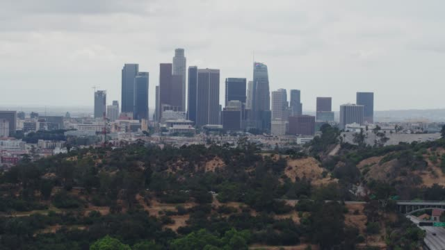 vidéos et rushes de antenne du centre de los angeles - plan de situation