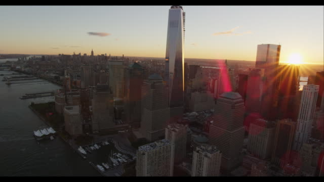 vídeos de stock, filmes e b-roll de aerial downtown manhattan and freedom tower at sunset - torre da liberdade nova iorque