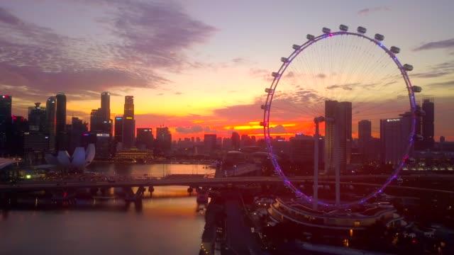 vidéos et rushes de aerial downtown singapore à crépuscule - singapour