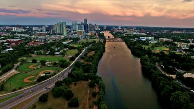 Luchtfoto: Dramatische Golden Sky over Austin Texas met Incilius reflecties en een van een soort weergave van Centraal-Texas