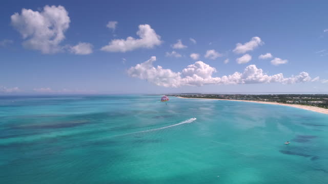 vídeos y material grabado en eventos de stock de aerial drone 4k view of parasailing on perfect day with clear blue water - provo
