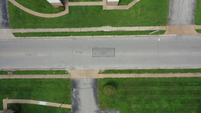 vídeos de stock e filmes b-roll de aerial drone birds eye view over the location where michael brown was fatally shot on canfield drive in ferguson missouri - aerial or drone pov or scenics or nature or cityscape
