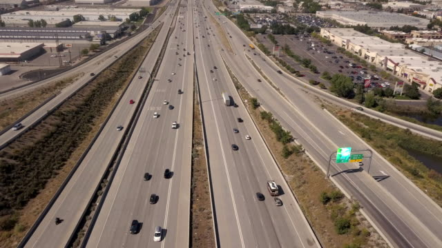 vídeos de stock e filmes b-roll de aerial drone clip looking down on i-15, i-80 of the commuter traffic and train in salt lake city - água parada