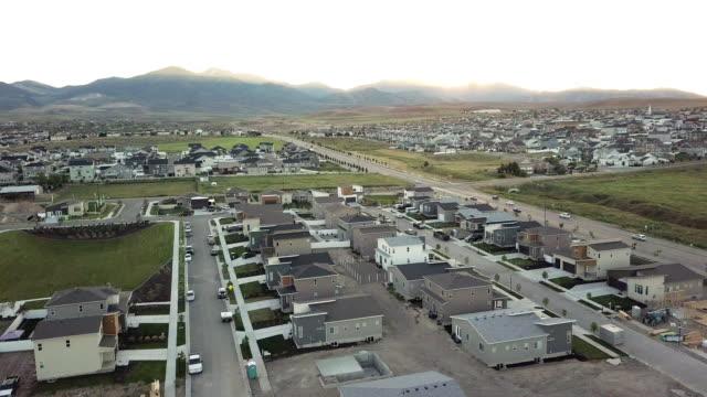 vídeos y material grabado en eventos de stock de clip de drones aéreos de nueva construcción y casas existentes en un distrito residencial en salt lake city, utah - alta utah