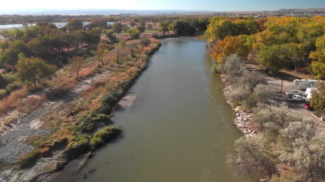 vídeos de stock, filmes e b-roll de grampo aéreo do zangão do rio de gunnison perto do delta colorado na queda - gunnison