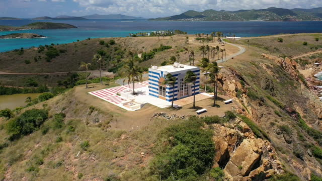 vídeos de stock e filmes b-roll de aerial drone establishing shot of a building that looks like a temple on little saint james the private island owned by jeffrey epstein in the us... - aerial or drone pov or scenics or nature or cityscape