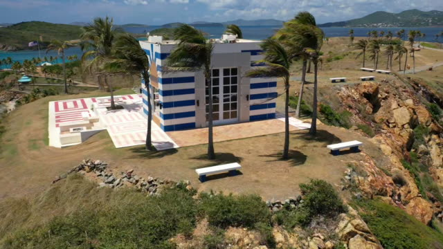 aerial drone establishing shot of a building that looks like a temple on little saint james the private island owned by jeffrey epstein in the us... - aerial or drone pov or scenics or nature or cityscape stock-videos und b-roll-filmmaterial