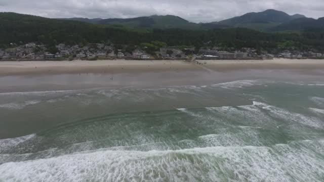 vídeos de stock, filmes e b-roll de aerial drone establishing shot of cannon beach coastline. - costa de oregon