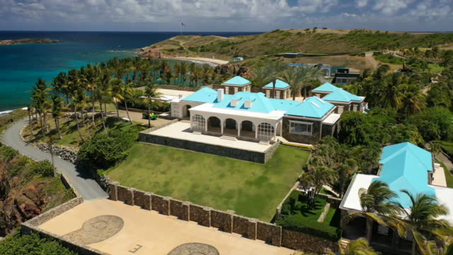 vídeos de stock e filmes b-roll de aerial drone establishing shot of jeffrey epsteinõs mansion on little saint james his private island in the us virgin islands - aerial or drone pov or scenics or nature or cityscape