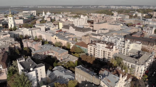 vídeos de stock e filmes b-roll de aerial drone establishing shot reveal over kiev ukraine - aerial or drone pov or scenics or nature or cityscape