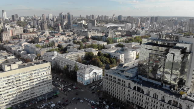 vídeos de stock e filmes b-roll de aerial drone establishing shot rotating over kiev ukraine - aerial or drone pov or scenics or nature or cityscape