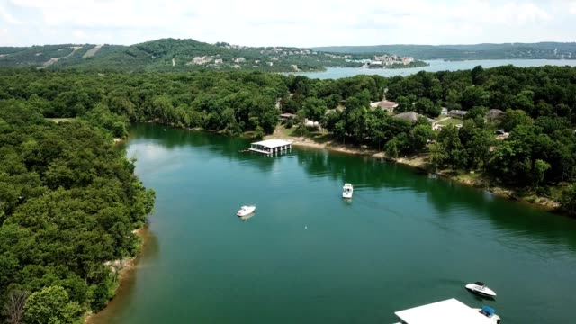 vídeos de stock e filmes b-roll de aerial drone flight over 2 boats in tablerock lake in branson missouri - missouri