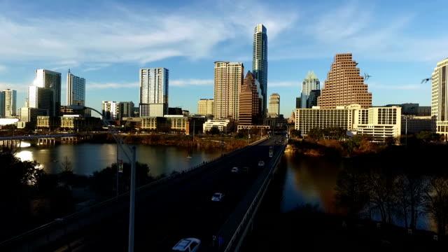 Luchtfoto Drone vlucht Over Austin zweven boven Zuid-Congres Avenue Bridge met diepe perspectief van Texas State kapitaal en Skyline View