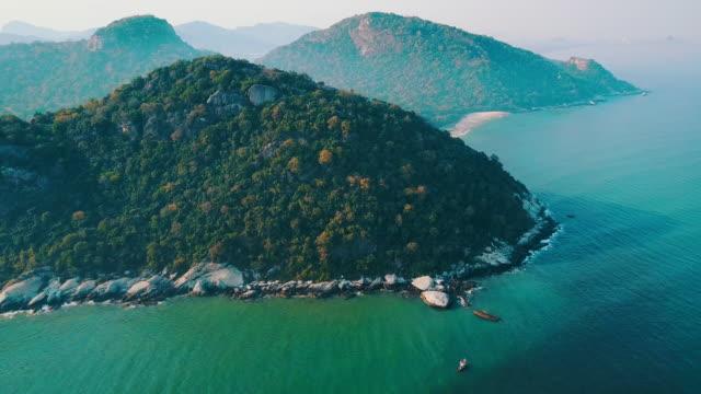 vídeos y material grabado en eventos de stock de vuelo del abejón aéreo sobre playa en tailandia, playa de hua hin. - mar de andamán