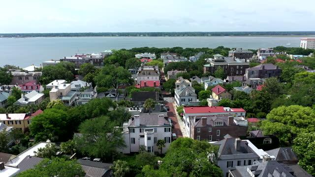 stockvideo's en b-roll-footage met aerial drone flight over historic charleston, south carolina - straatnaambord
