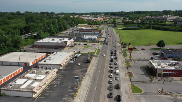vídeos de stock e filmes b-roll de aerial drone flyover of west florissant ave in downtown ferguson missouri - aerial or drone pov or scenics or nature or cityscape