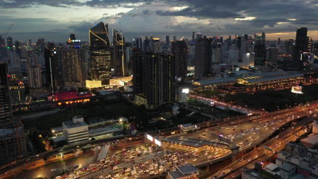 luft-drohnen-aufnahmen bangkok stadt in der dämmerung - andersherum stock-videos und b-roll-filmmaterial
