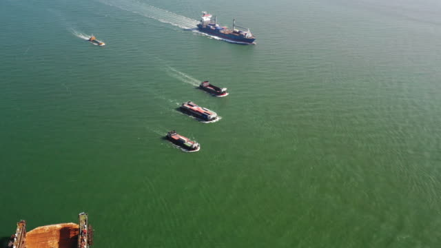 vídeos de stock, filmes e b-roll de drone drone footage container ship e petroleiro químico refinaria indústria carga - flutuando na água