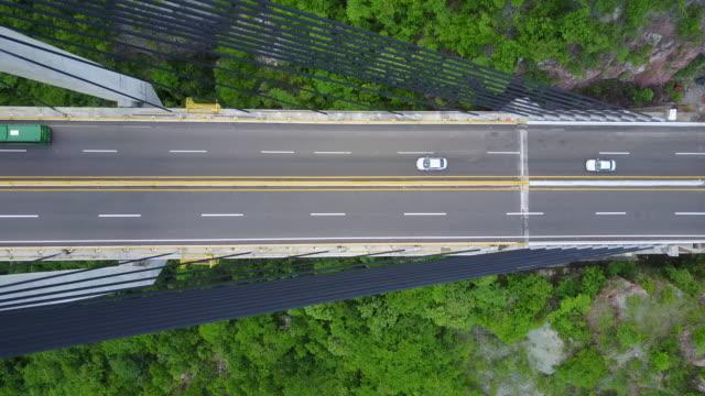 vídeos de stock, filmes e b-roll de filmagem aérea drone de uma ponte no méxico - ponte