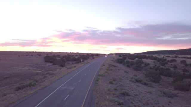 vídeos y material grabado en eventos de stock de imágenes de drone aéreos de semirremolques, rodando por la autopista - route 66