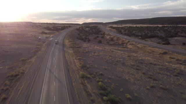 luftbild-drohne aufnahmen von sattelzügen rollen auf der autobahn - konvoi stock-videos und b-roll-filmmaterial