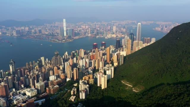 vídeos y material grabado en eventos de stock de aerial drone footage of the famous hong kong island business and financial district - pico victoria