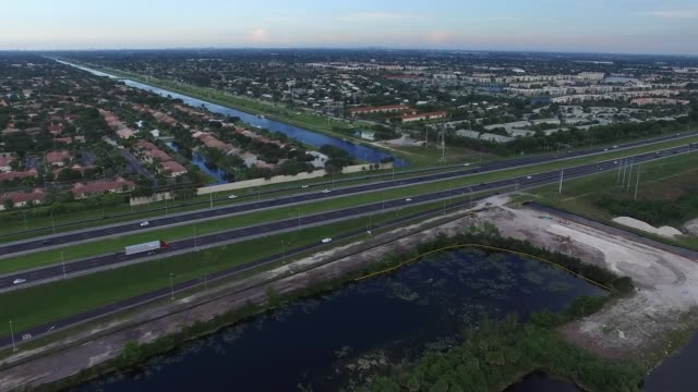 aerial drone footage of the florida everglades, looking east towards fort lauderdale and over the sawgrass expressway in broward county, florida. - エバーグレーズ国立公園点の映像素材/bロール